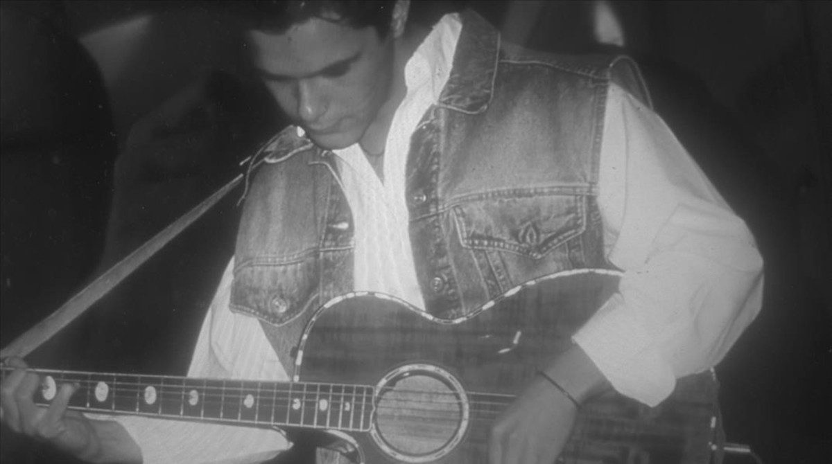 Alejandro Sanz, durante sus inicios como cantante y compositor. Imagen incluida en el libro de memorias #Vive