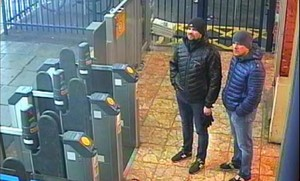 Alexander Petrov y Ruslan Boshirov, en una estación de metro londinense.