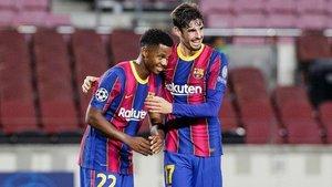 Ansu Fati y Trincao se felicitan tras el 2-0 al Ferencvaros.