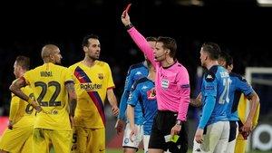El árbitro Felix Brych expulsa a Vidal en presencia de Busquets, también sancionado para la vuelta.