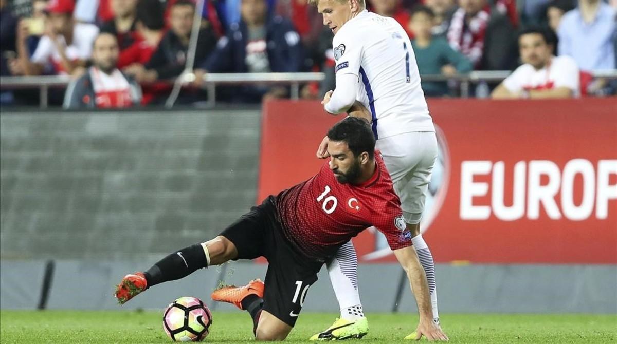 Arda Turan intenta controlar un balón en el duelo con la selección finlandesa en Antalya.