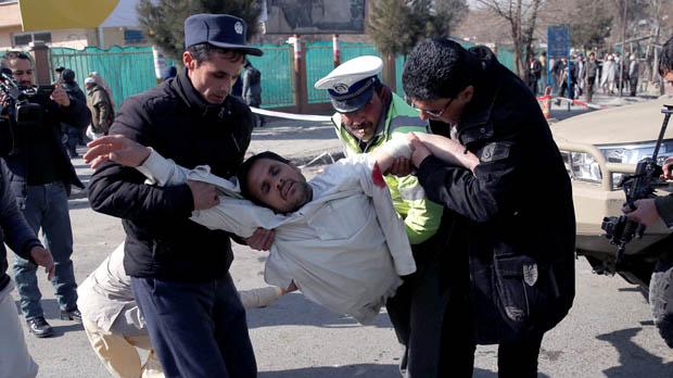 El número de muertos por el atentado suicida talibán en el centro de Kabul se eleva ya a 40, mientras que los heridos se sitúan en 140, de acuerdo con el Ministerio de Salud afgano.