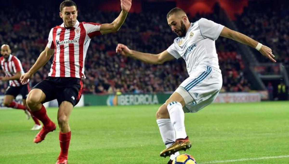 Karim Benzema encara a Óscar de Marcos en el partido de la temporada pasada
