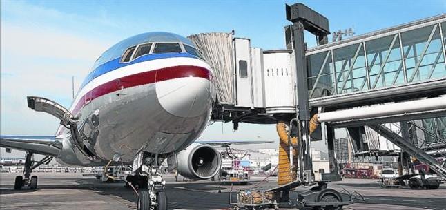 Un avión de American Airlines en el aeropuerto de El Prat, en su primer vuelo directo a Nueva York.