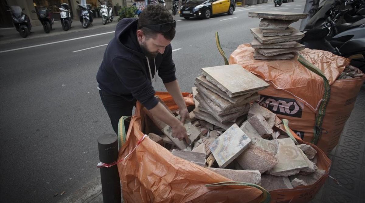Joel, The Tile Hunter (el cazador de baldosas) de Instagram, encuentra un par de baldosas hidráulicas en un saco de escombros. Lleva algo más de dos años rescatando mosaicos de las calles. Ya acumula 6.000, calcula.