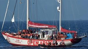El barco de Pro Activa Open Arms, con los inmigrantes rescatados.
