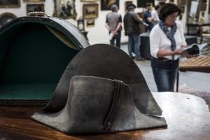 El bicorne que Napoleón perdió en Waterloo, que se ha subastado en Lyón.