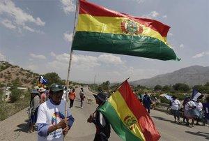 Campesinos esperan a Evo Morales en su regreso a Bolivia.