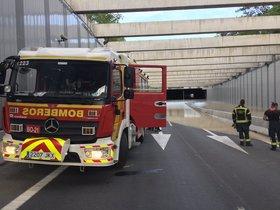 Un camión de bomberos durante las tareas de extracción de agua en la M-13 de Madrid.
