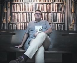 Jordi Puntí, con su último libro de relatos, en la librería Laie.