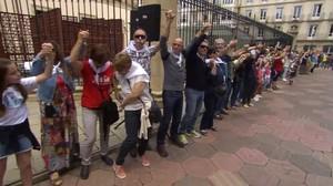Cadena humana frente al Parlamento vasco, este mediodía.