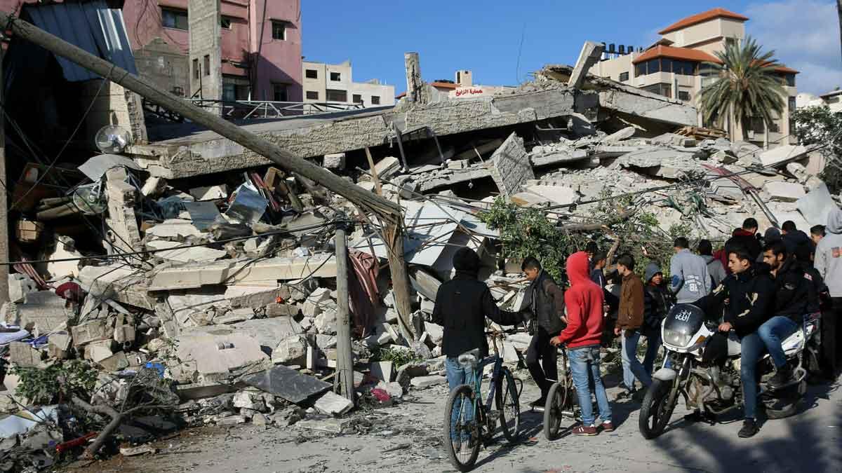 La campaña de bombardeos israelís de represalia alcanza el centro de Gaza capital. En la foto, un edificio destrozado en Gaza.