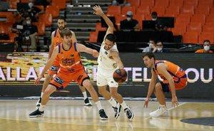 Campazzo trata de controlar el balón en Valencia.