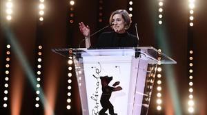 La directora catalana Carla Simón, tras recibir el premio a la mejor ópera prima en el Festival de Cine de Berlín, por su película Estiu 1993.
