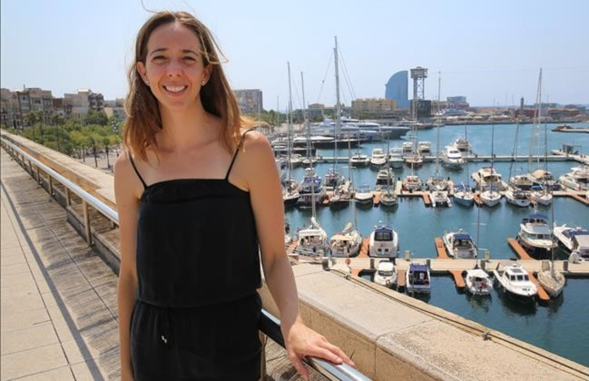 Carlota Pi, cofundadora deHolaluz, posa en la terraza de la sede de la empresa en el Palau de Mar, en Barcelona.