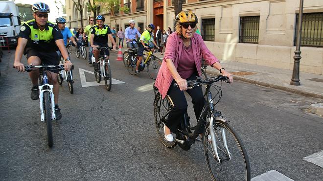 L'alcaldessa de Madrid, Manuela Carmena, durant la seva participació en un acte per promocionar l'ús de la bicicleta amb motiu de la Setmana de la Mobilitat.