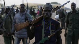 Cazadores nigerianos armados para luchar contra el grupo radical Boko Haram, en una imagen de archivo.