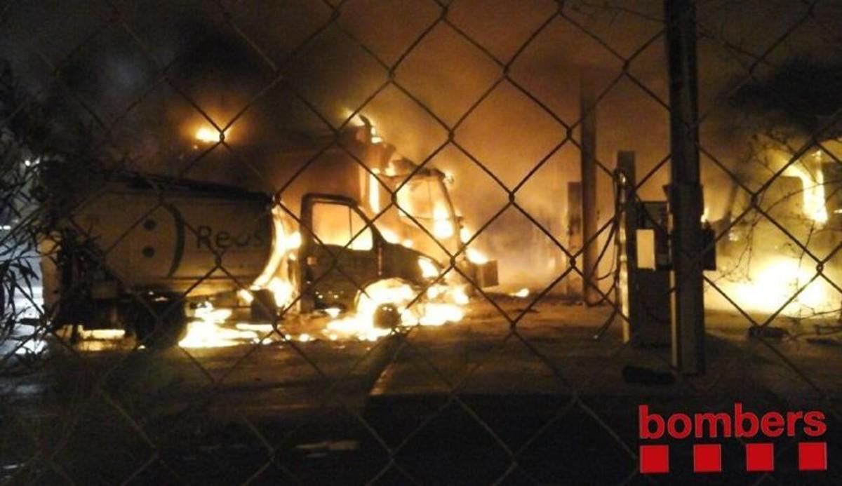 Imagen del incendio, esta madrugada, en Reus.