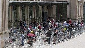 Colas en la estación del Nord de Barcelona para el reparto de alimentos para familias con dificultades, el pasado 16 de mayo.