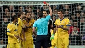 El colegiado inglés Michael Oliver expulsa a Buffon por sus protestas tras el penalti.