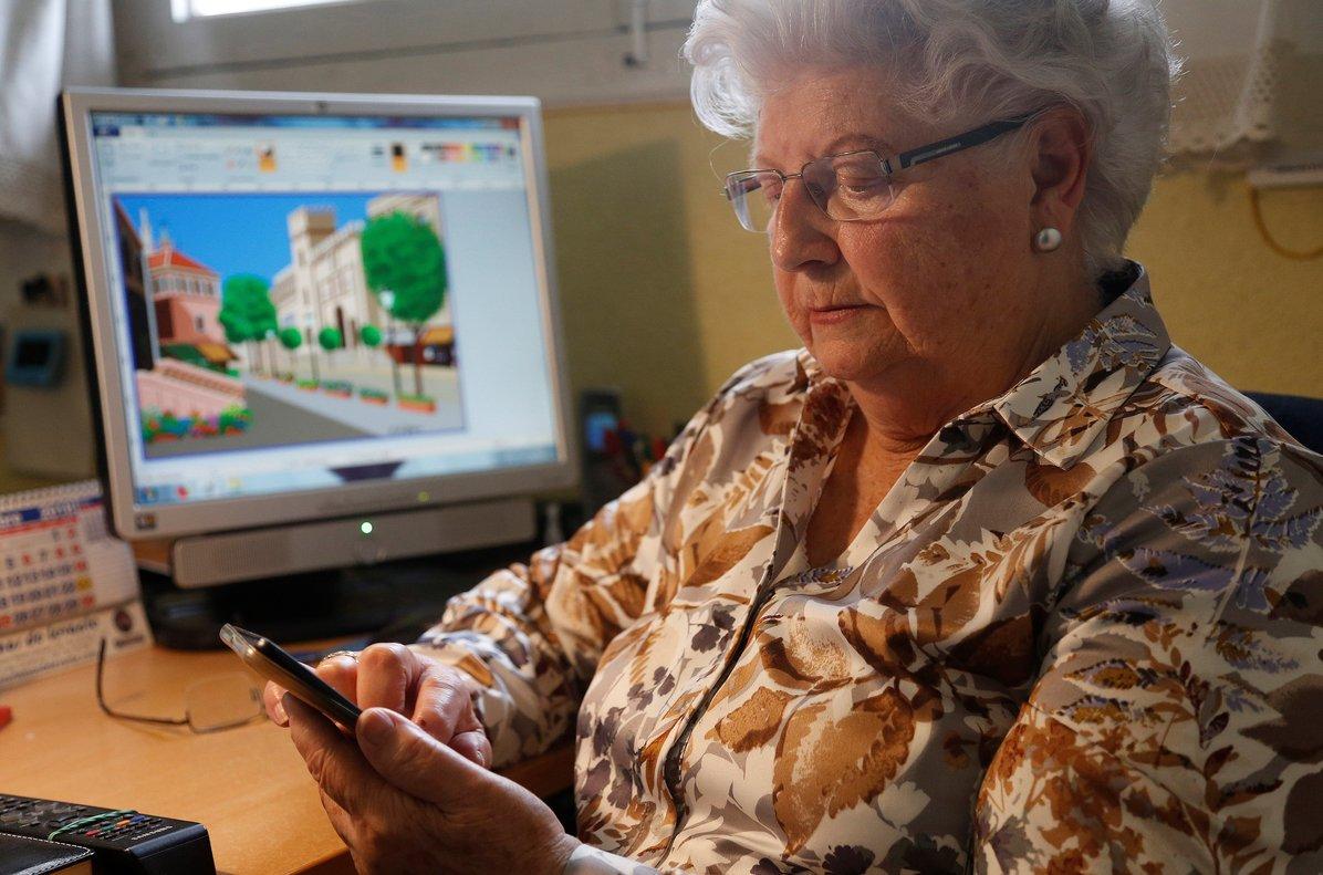 Concha, la dibujante de 88 años que difunde en Instagram sus obras hechas en Paint.