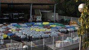 Contenedores acumulados debajo del puente de Marina a la espera de instrucciones para repartirlos por todo el Eixample