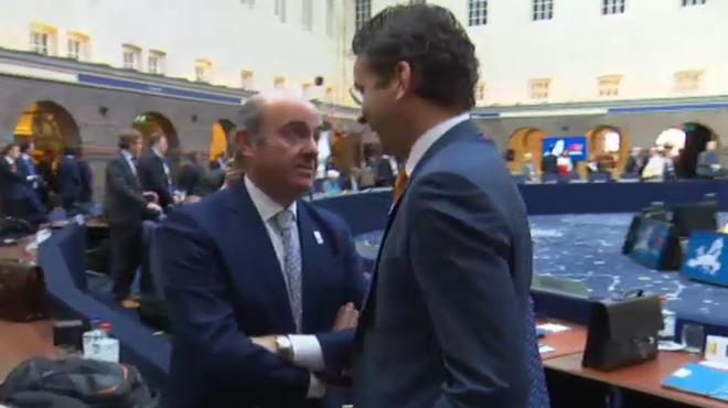 Conversación del ministros Luis de Guindos con elpresidente del Eurogrupo, Jeroen Dijsselbloem.