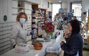 Una mujer compra en una farmacia de Pamplona.
