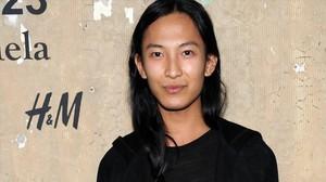 Alexander Wang posa junto un cartel de la cadena sueca H&M.