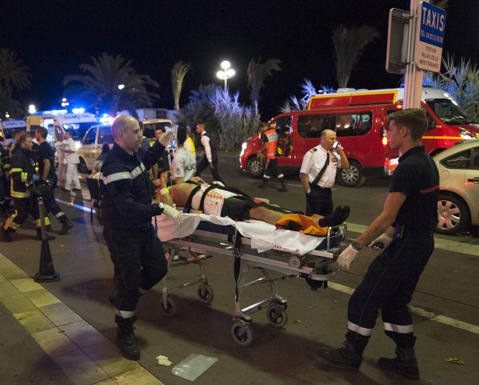 Heridos evacuados del lugar donde un camión chocó contra la multitud durante las celebraciones del Día de la Bastilla en Niza, Francia, el14 de julio del 2016.