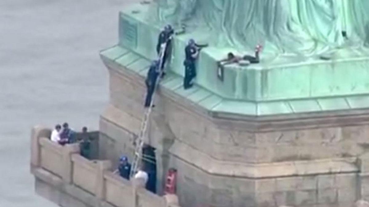 Detenida una mujer tras pasar varias horas encaramada a la Estatua de la Libertad.