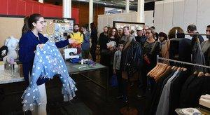 La diseñadora Arlet Kuns muestra una de sus piezas, este sábado, en la jornada de puertas abiertas de la Fàbrica de Creació Fabra i Coats.