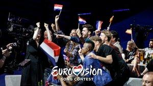 Duncan Laurence y la delegación holandesa en la green room de Eurovisión 2019.