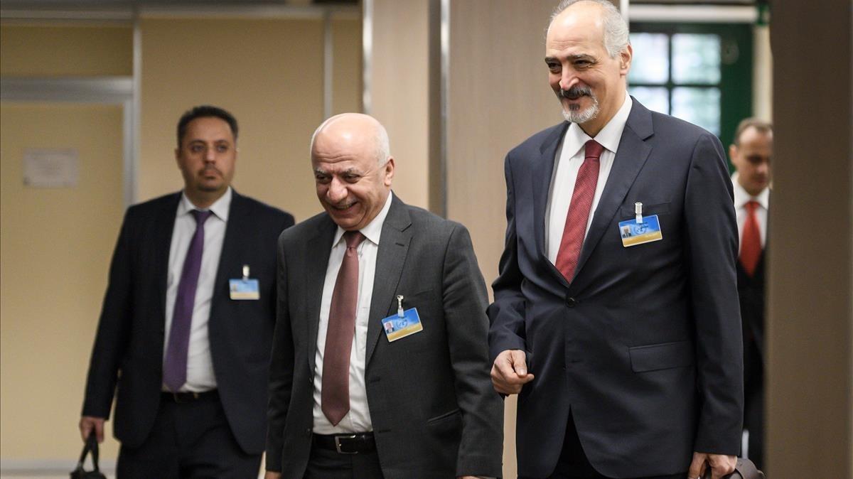 El embajador sirio ante la ONU, Bashar al Yafari (derecha) y miembros de su delegación llegan para asistir a una nueva reunión dentro de las negociaciones de paz para Siria en la sede europea de la ONU, en Ginebra, el 14 de diciembre.