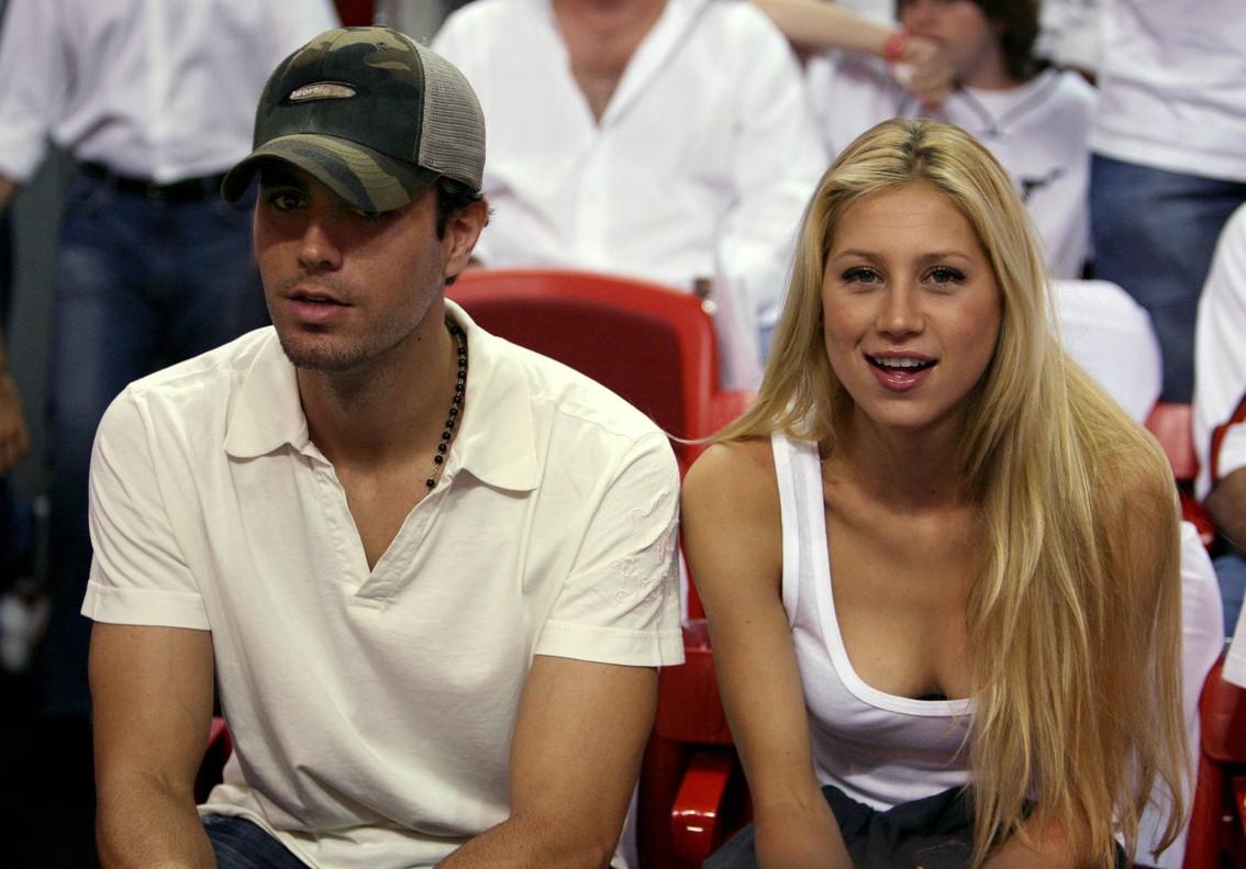 Enrique Iglesias y Anna Kournikova, en un partido de la NBA, en Miami, en junio del 2006.