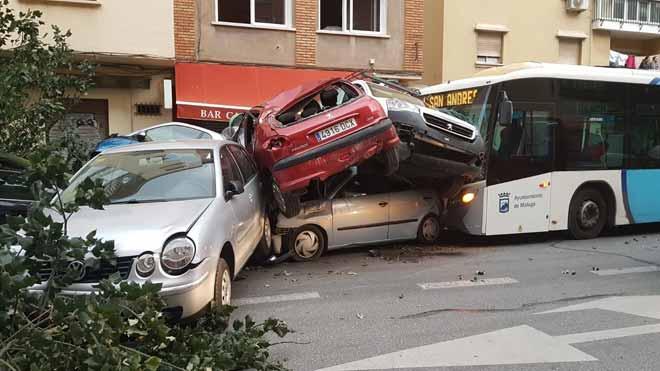 Espectacular accidente de autobús en Málaga.