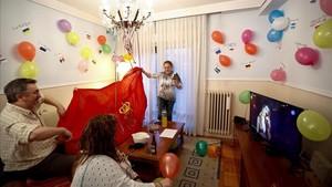 Una familia yun grupo de amigos anima desde su casa en Pamplonala actuacion de la pamplonesa Amaia Romero y el catalan Alfred García.