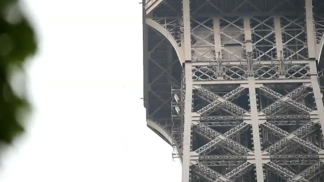 Evacuada la Torre Eiffel porque un intruso intenta escalarla