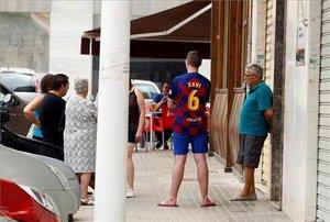 Familiares y vecinos en la entrada del domicilio de la mujer de 47 años que ha muerto esta mañana asesinada por su marido en el barrio de Altabix de Elx (Alicante).
