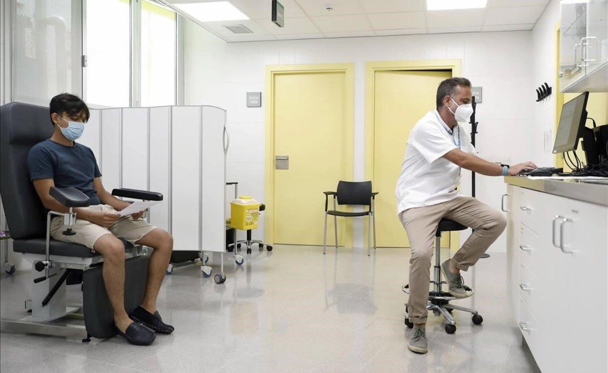 Un gestor de coronavirus en un CAP de Barcelona atiende a un paciente.
