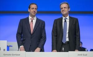 Gonzalo Gortázar y Jordi Gual, en la última junta de accionistas de CaixaBank.