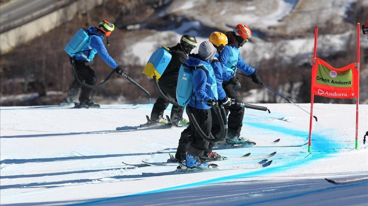 Un grupo de pistards pintan la pista LÀliga de supergigante.