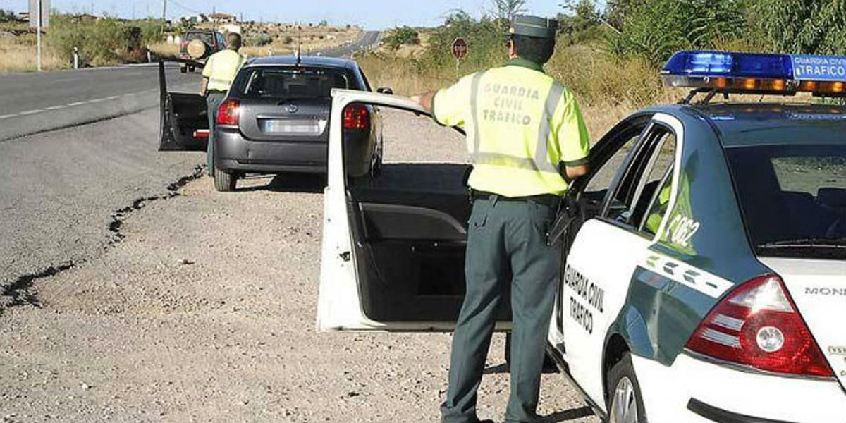 Un guardia civil prepara un control de velocidad en una carretera extremeña.