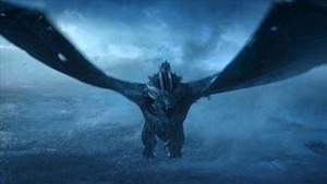 El Rey de la Noche, sobre el dragón zombi, en una imagen del capítulo final de la séptima temporada de Juego de Tronos.