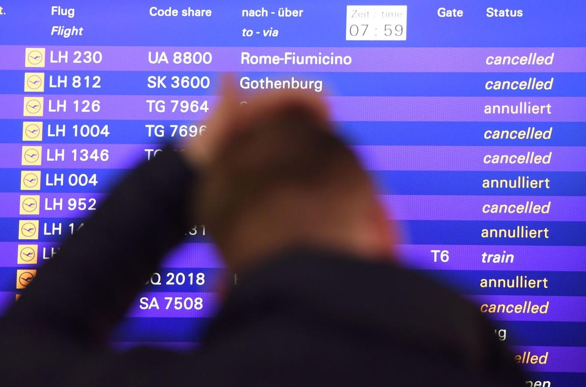 Un hombre ante la información de vuelos cancelados.