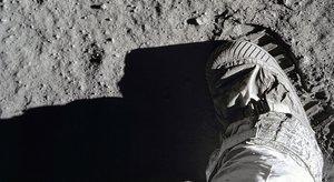 La hilarant simulació de la 'caminada lunar' per denunciar el mal estat dels carrers
