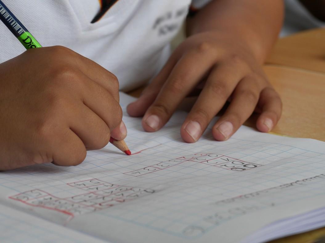 La peculiar llista de deures d'aquest professor als seus alumnes per a l'estiu