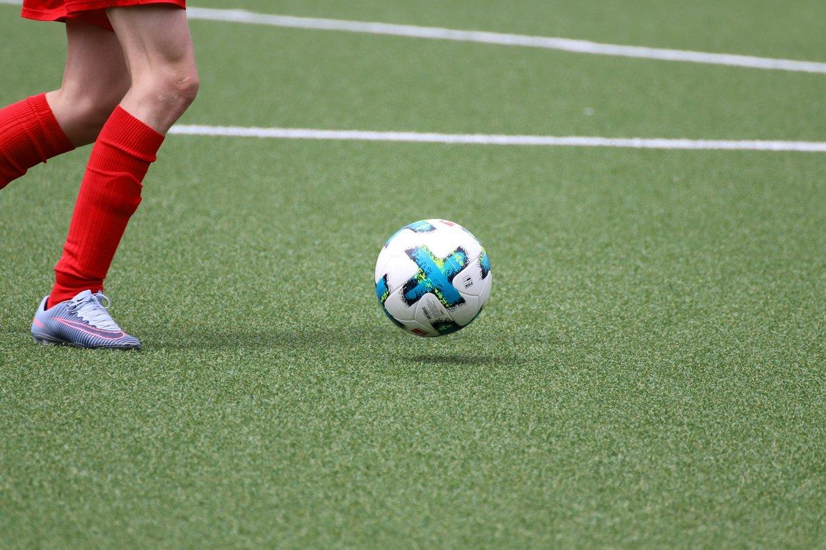 Un niño jugando al fútbol.