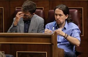 Íñigo Errejón y Pablo Iglesias, en la sesión de investidura del 31 de agosto.