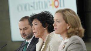 Isabel Celaá, en la rueda de prensa tras el Consejo de Ministros, entre los titulares de Economía y Fomento.